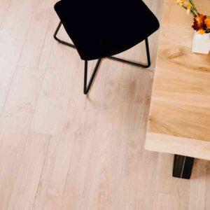 Lichtbruine verlijmbare PVC-vloer i.c.m. plint + onderhoudsset
