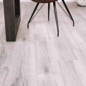 Lichtgrijs eiken PVC-vloer verlijmbaar i.c.m. plint + onderhoudsset