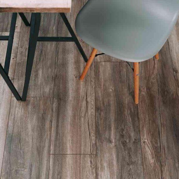 Geborsteld grijs eiken PVC-vloer verlijmbaar i.c.m. plint + onderhoudsset